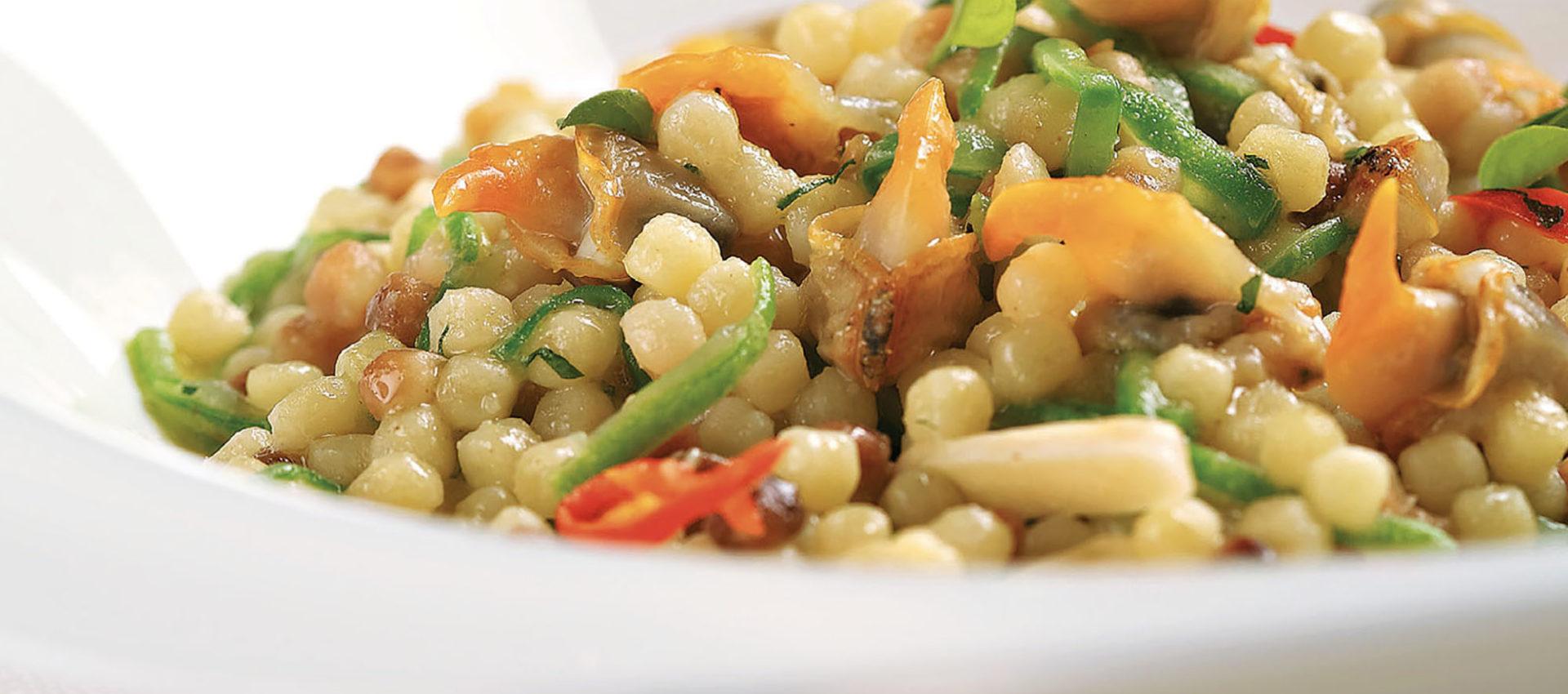 Fregola mit Herzmuscheln, Zucchini, frischen Mandeln und Chilischoten